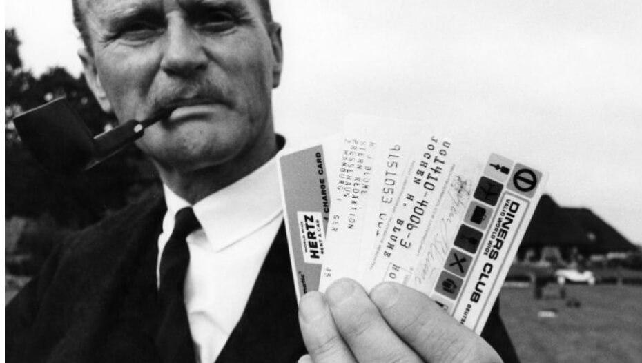 Mann mit Pfeiffe und Diners Club Karten