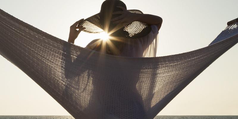 Frau Entspannt Strand Sonne Hängematte Hero