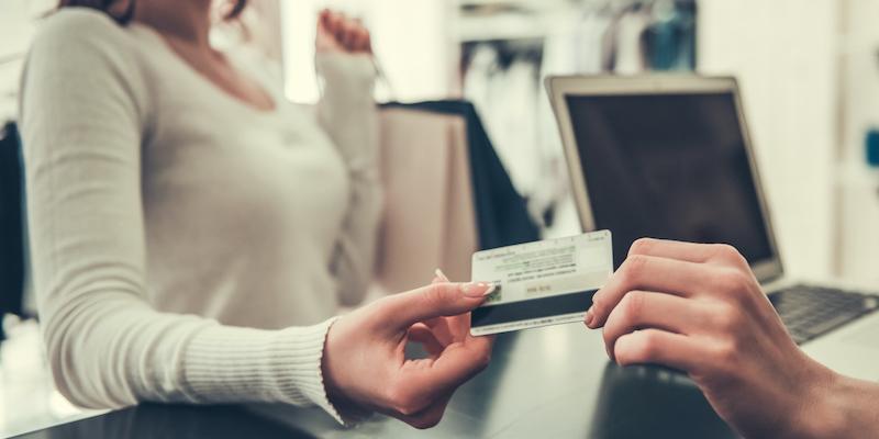 Frau bezahlt mit Diners Club Card Hero